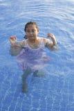 Meisje in zwembad Royalty-vrije Stock Afbeeldingen