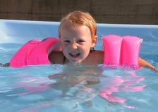 Meisje in zwembad Stock Foto