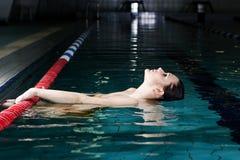Meisje in zwembad Royalty-vrije Stock Foto's