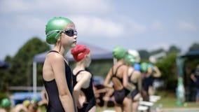 Meisje in zwemmend feestras royalty-vrije stock afbeelding