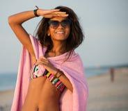 Meisje in zwemmend kostuum op een strand Stock Foto's