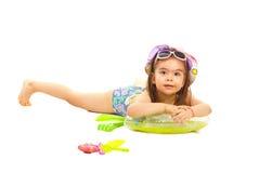 Meisje in zwempak die op zwemmende zetel liggen Royalty-vrije Stock Foto