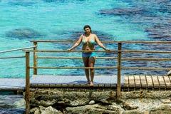 Meisje in zwempak het stellen op het mooie strand van Protaras Cypru Royalty-vrije Stock Foto's