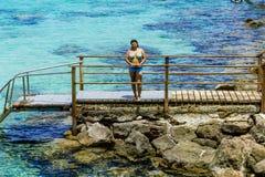 Meisje in zwempak het stellen op het mooie strand van Protaras Cypru Stock Foto's