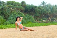 Meisje in zwempak het stellen op het strand Sri Lanka verbazend meisje in een wit zwempak met een mooi sportenlichaam die en het  royalty-vrije stock afbeelding
