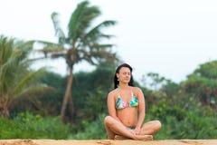Meisje in zwempak het stellen op het strand Sri Lanka verbazend meisje in een wit zwempak met een mooi sportenlichaam die en het  royalty-vrije stock fotografie