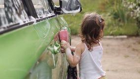 Meisjeautowasserette stock videobeelden