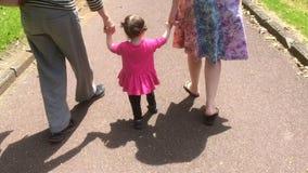 Meisjegangen met haar moeder en grootmoeder stock videobeelden