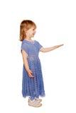 Meisjeholding iets op haar hand met copyspace. royalty-vrije stock fotografie
