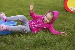 Meisjejong geitje het spelen, hebbend pret outdoors royalty-vrije stock afbeeldingen