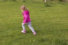 Meisjejong geitje het spelen, hebbend pret outdoors stock afbeelding