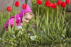 Meisjejong geitje het spelen, hebbend pret outdoors royalty-vrije stock afbeelding