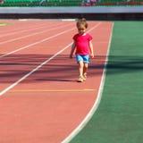 Meisjekind bij het stadion Stock Afbeeldingen