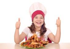 Meisjekok met kippen omhoog trommelstok en duimen stock foto