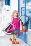 Meisjemanier met pakketten bij de Wandelgalerij Royalty-vrije Stock Fotografie