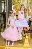 Meisjes in aardige kleding stock afbeelding