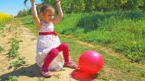 Meisjes barstende ballons Royalty-vrije Stock Afbeeldingen