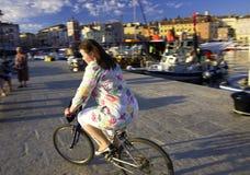Meisjes berijdende fiets Stock Foto