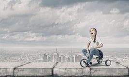 Meisjes berijdende fiets Royalty-vrije Stock Foto's