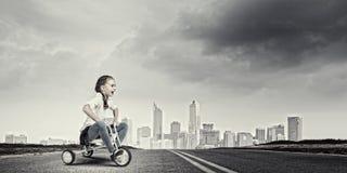 Meisjes berijdende fiets Royalty-vrije Stock Afbeelding