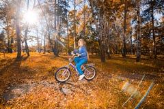 Meisjes berijdende fiets in een park Stock Foto's