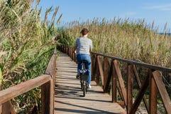 Meisjes berijdende fiets in het platteland Royalty-vrije Stock Afbeelding