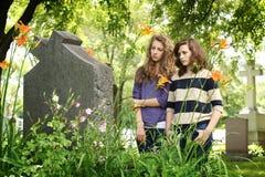 Meisjes bij de begraafplaats Stock Foto