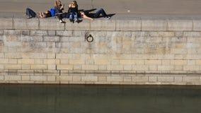 Meisjes bij een kademuur Stock Foto