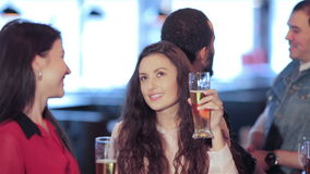 Meisjes bij een partij met vrienden stock footage