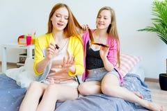 Meisjes bij een sleepover Stock Afbeeldingen