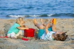 Meisjes bij kust het spelen met zand Royalty-vrije Stock Foto