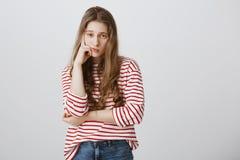 Meisjes bijna slaap van verveling tijdens klasse Portret van onverschillig vermoeid vrouwelijk model ondersteunend hoofd met hand royalty-vrije stock foto's