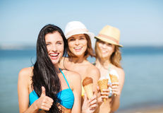 Meisjes in bikini met roomijs op het strand Stock Fotografie