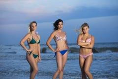 Meisjes in bikinis die zich op strand bevinden royalty-vrije stock afbeeldingen