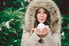 Meisjes blazende sneeuw aan de voorzijde Royalty-vrije Stock Foto's