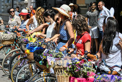 Meisjes, bloemen en fietsen Royalty-vrije Stock Foto's