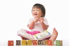 Meisjes, boek en onderwijs stock afbeelding