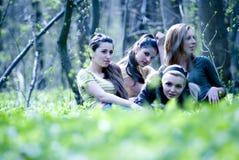 Meisjes in bos Royalty-vrije Stock Afbeeldingen