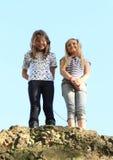 Meisjes bovenop rots Stock Afbeeldingen