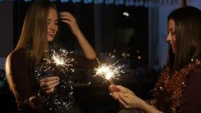 Meisjes brand worden geplaatst aan de lichten dat van Bengalen stock footage