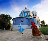 Meisjes buiten kerk, Sarichioi, Roemenië Royalty-vrije Stock Afbeeldingen