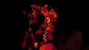 Meisjes in Carnaval-kostuums die voor de brand bij nacht dansen stock video