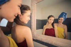 Meisjes in de badkamers stock foto's