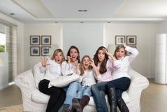 Meisjes in de familie het letten op thriller Stock Afbeeldingen