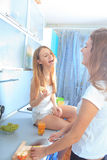 Meisjes in de keuken Stock Foto