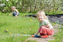 Meisjes in de tuin Stock Fotografie