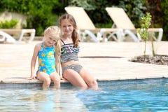 Meisjes dichtbij het openlucht zwembad Stock Fotografie