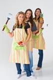 Meisjes die aan grillvoedsel voorbereidingen treffen Royalty-vrije Stock Afbeeldingen