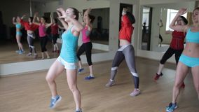 Meisjes die aerobics belast met de gymnastiek stock footage