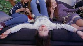 Meisjes die bij bank ontspannen stock video